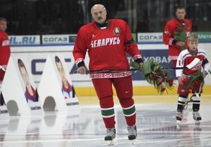 Александр Лукашенко встал на коньки
