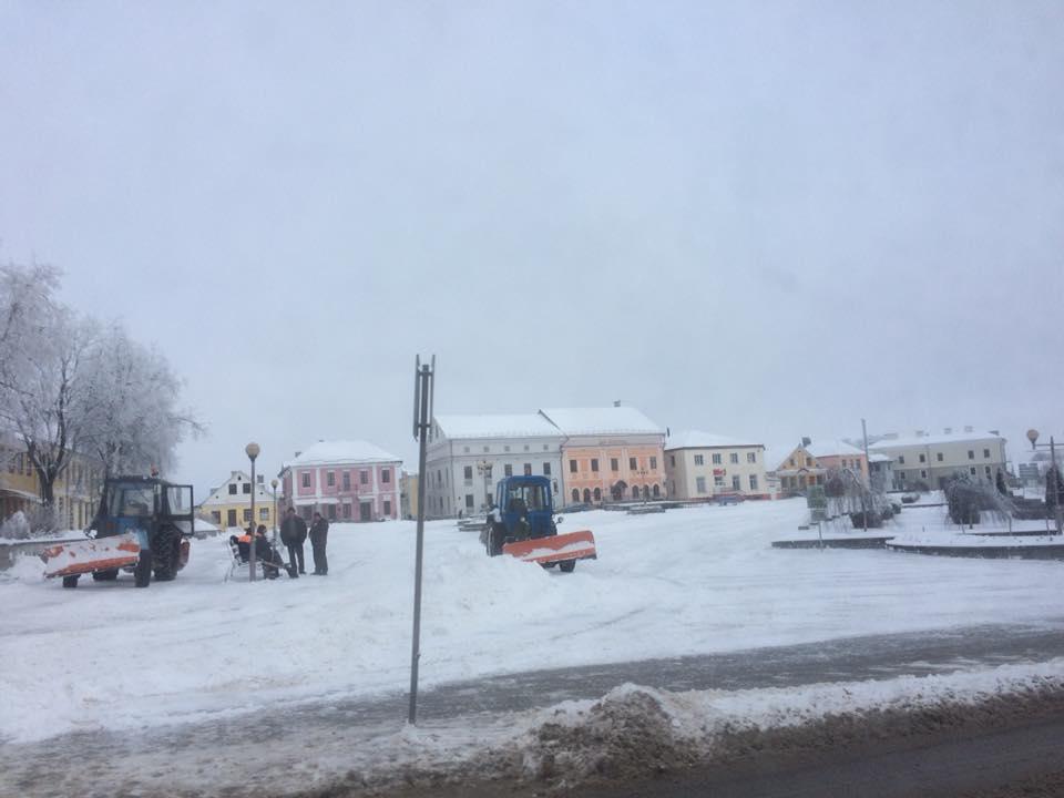 Новогрудок расчищают тракторы от снега.